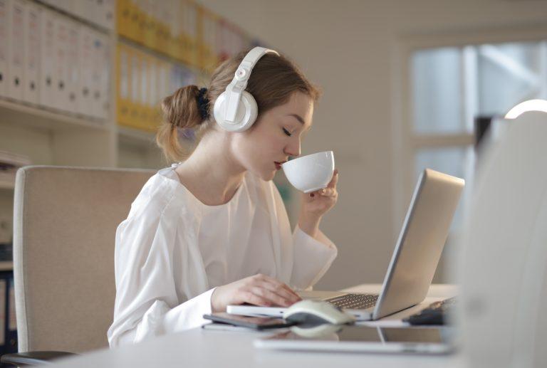 5 raisons d'écouter de la musique au travail